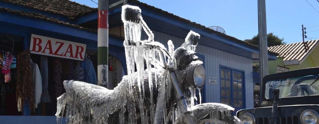 24 de julho - Com truque, motocicleta amanheceu congelada pelo frio em São Joaquim (SC) nesta quarta-feira