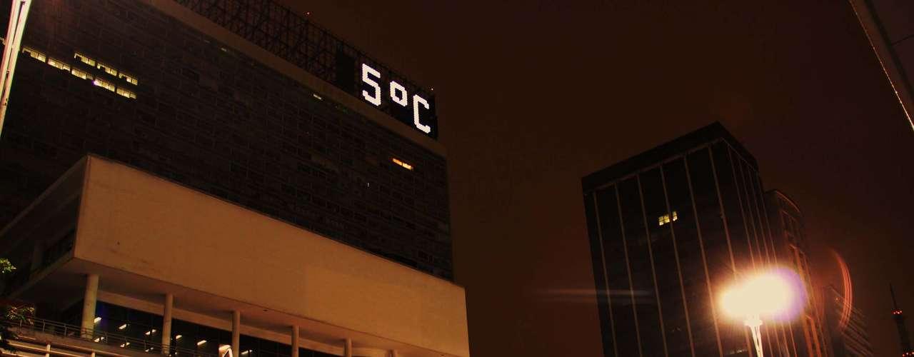 24 de julho - Termômetro na avenida Paulista em São Paulo chegou a registrar 5ºC na madrugada desta quarta-feira
