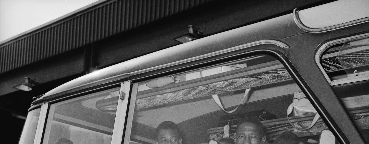 Ônibus da Seleção Brasileira chega a Manchester para partida da Copa do Mundo de 1966; Djalma Santos aparece sentado na janela, no primeiro banco (à dir.), à frente de Pelé