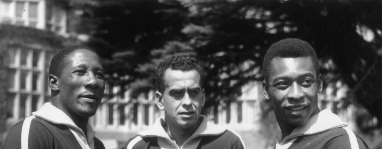 Djalma Santos (à esq.) posa para foto ao lado de Zito (centro) e Pelé em 1963