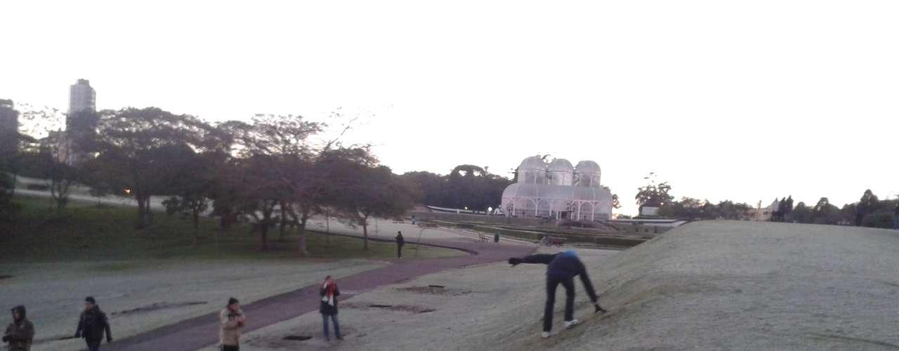 24 de julho - Em Curitiba (PR), o Jardim Botânico ficou coberto de gelo e teve gente que aproveitou para se aventurar em um novo esporte