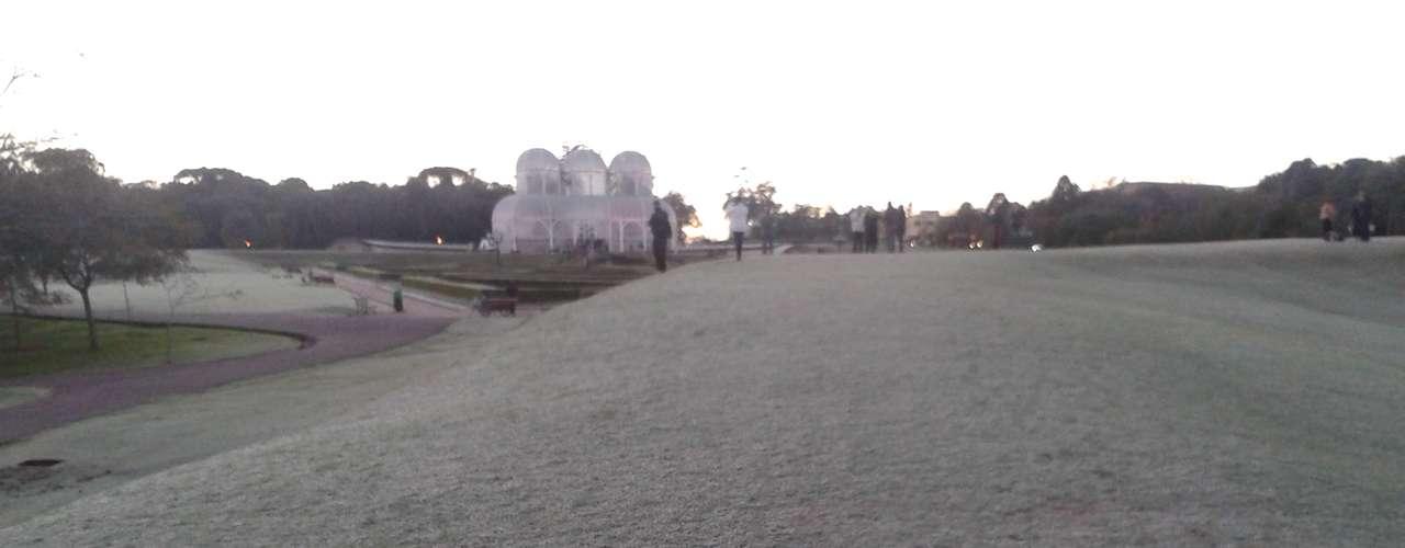 24 de julho - Gramado do Jardim Botânico de Curitiba (PR) amanheceu coberto de geada