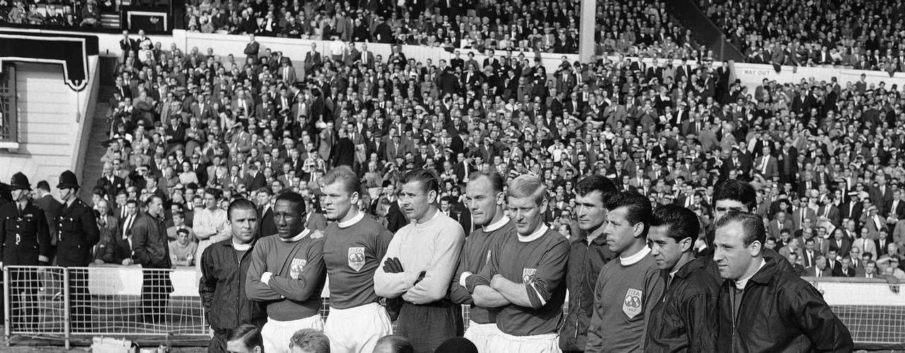 Seleção do Resto do Mundo posa para foto antes de enfrentar a Inglaterra em partida comemorativa no Estádio de Wembley, em 23 de outubro de 1963; Djalma Santos é o segundo da esquerda para a direita na fileira de jogadores em pé