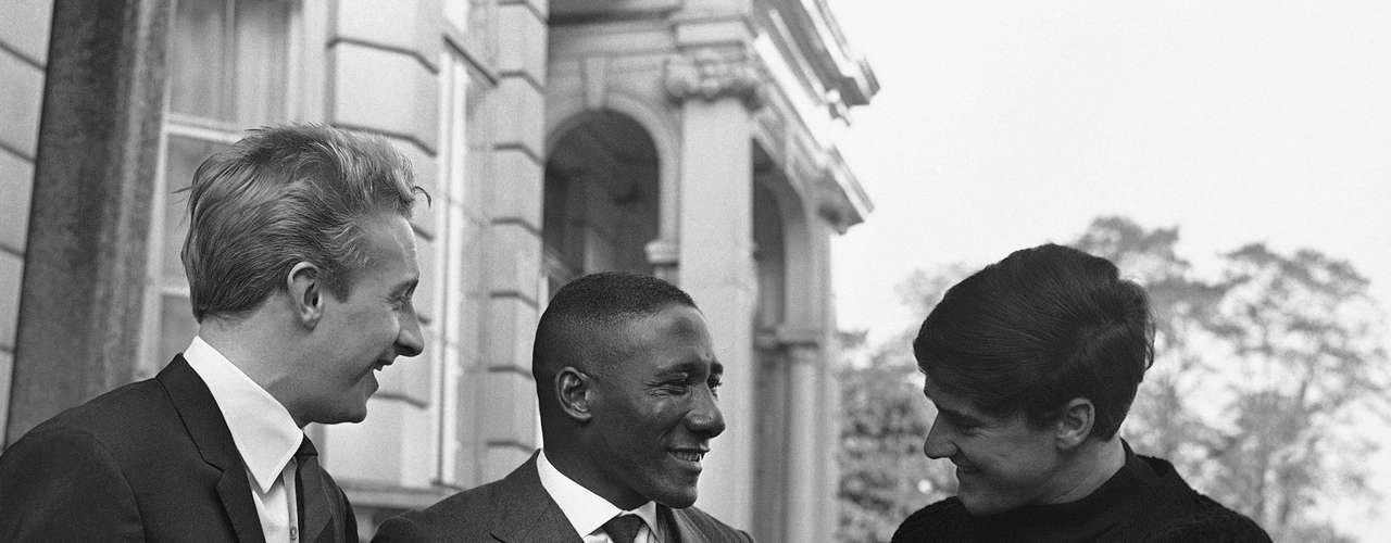 Djalma Santos (centro) conversa com Denis Law (à esq.) e Jim Baxter em frente ao hotel no qual estavam hospedados em Londres por conta da realização do amistoso comemorativo entre Seleção do Resto do Mundo e Inglaterra, em outubro de 1963
