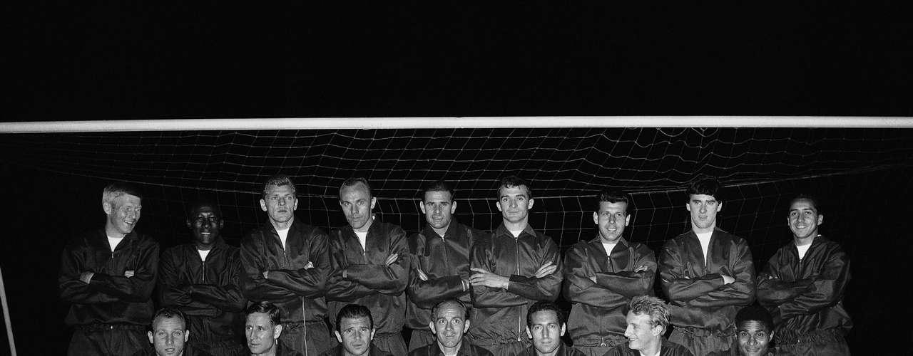 Djalma Santos posa para foto junto com jogadores da Seleção do Resto do Mundo em Londres, 1963