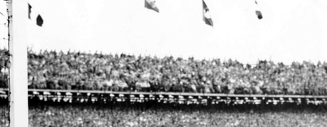 Djalma Santos retira bola das mãos do goleiro húngaro Gyula Grosits depois de Didi (caído ao centro) sofrer pênalti na partida de quartas de final da Copa do Mundo de 1954, em Berna, na Suíça; Seleção brasileira foi derrotada por 4 a 2 pela Hungria, em partida com três expulsos e que terminou com confusão