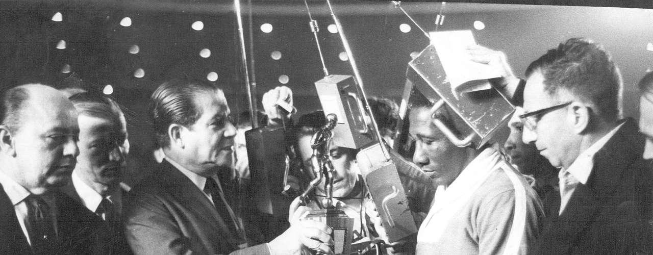 Djalma Santos recebe troféu da Guanabara das mãos de Negrão de Lima, governador do estado da Guanabara, antes de sua despedida da Seleção Brasileira, em partida contra o Uruguai em 12 de junho de 1968