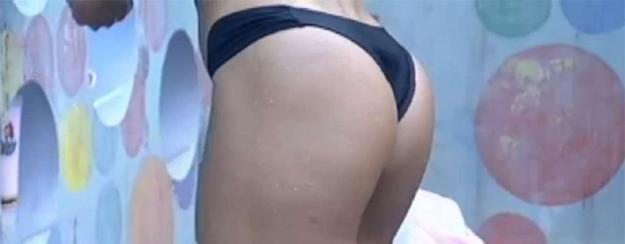 Fazendeira da semana, Scheila Carvalho decidiu tomar um banho relaxante no início da tarde desta quinta-feira (25), no reality show 'A Fazenda 6'. Com um biquíni bem pequeno, a ex-morena do É o Tchan exibiu braços musculosos