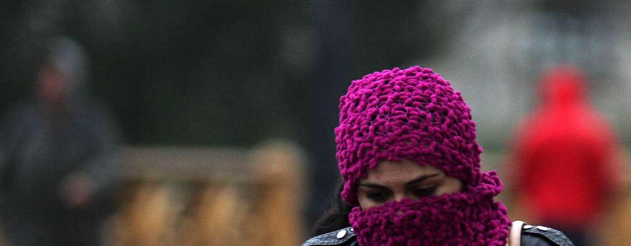 25 de julho - Pedestres improvisaram para encarar o frio intenso na manhã desta quinta-feira em São Paulo