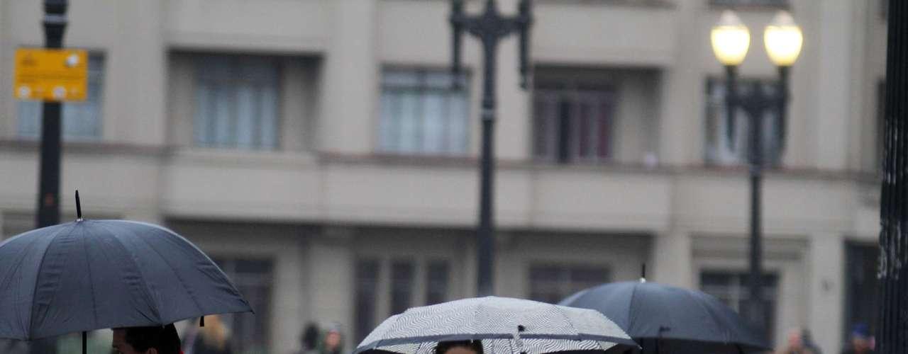 25 de julho - Além do frio, paulistanos enfrentaram a chuva nesta quinta-feira