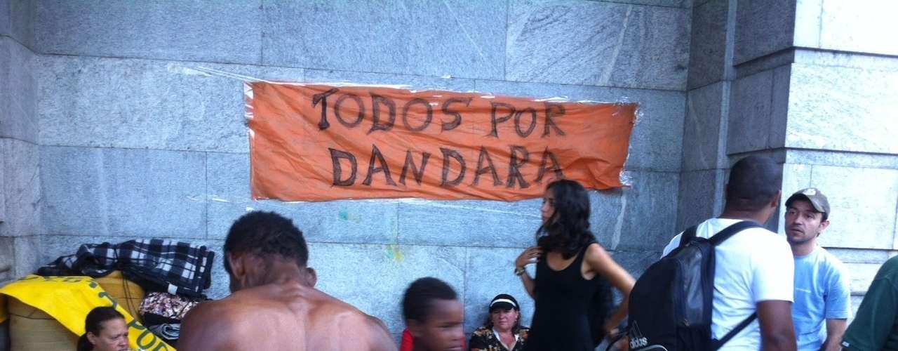 29 de julho - Grupo de sem-teto ocupa a prefeitura de Belo Horizonte em protesto por diálogo com o prefeito, Marcio Lacerda. Cerca de 100 moradores de comunidades irregulares entraram no prédio público