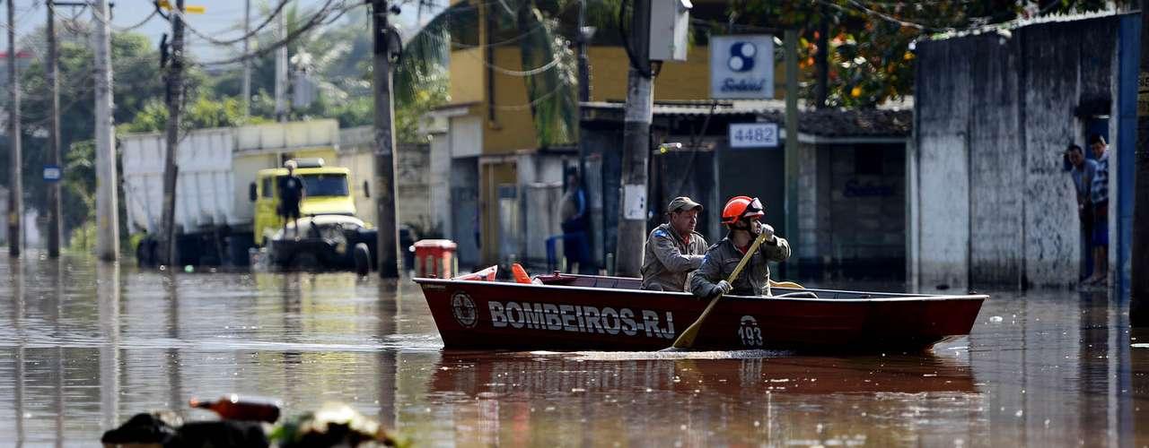 Rompimento de tubulação da Cedae causou estragos na manhã desta terça-feira na estrada do Mendanha, em Campo Grande, zona oeste do Rio de Janeiro (RJ)