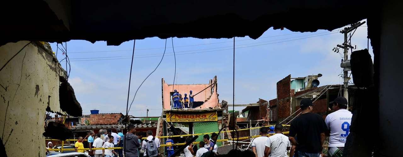 Moradores observam os estragos causados pelo rompimento