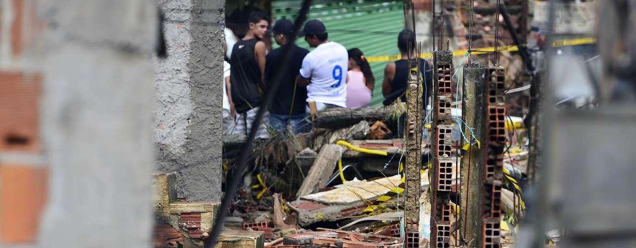 Moradores acompanham o resgate a pessoas ilhadas