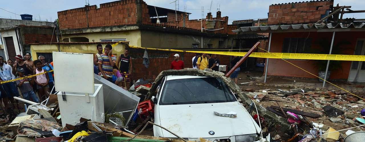 Carros também foram atingidos pelo incidente na zona oeste do Rio