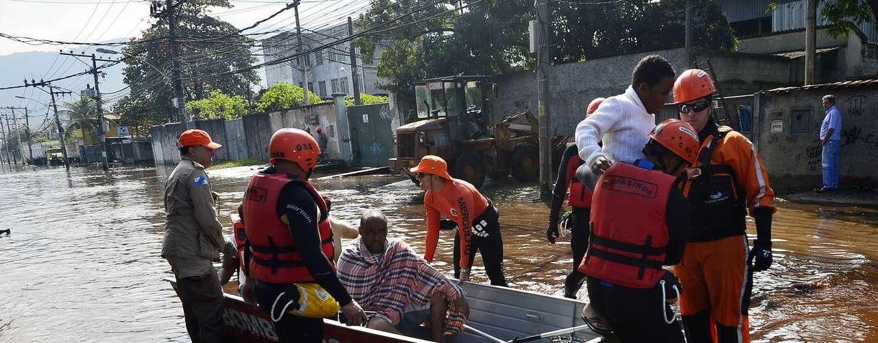 Bombeiros atuaram com um bote para resgatar as vítimas, que ficaram ilhadas