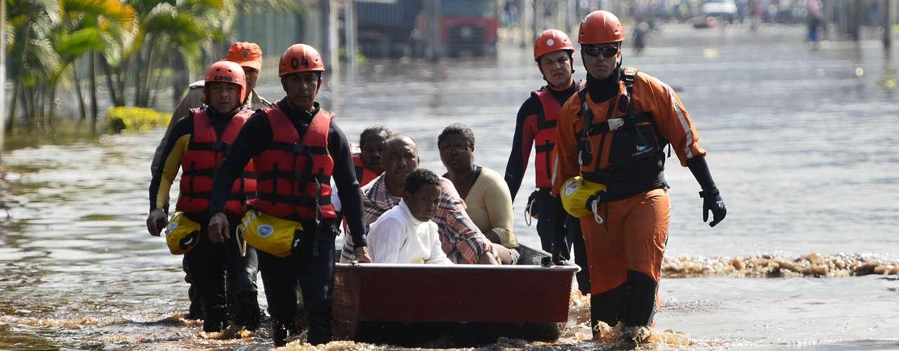 Uma criança morreu. Segundo os bombeiros, elaengoliu muita água e chegou a receber massagem cardíaca