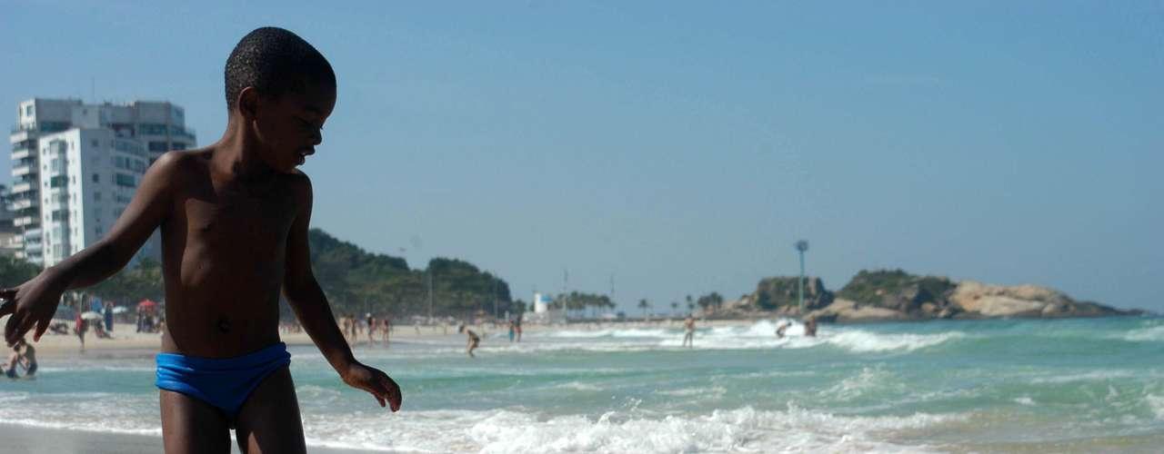 30 de julho - Menino aproveita dia de calor de 24ºC na pria de Ipanema, no Rio