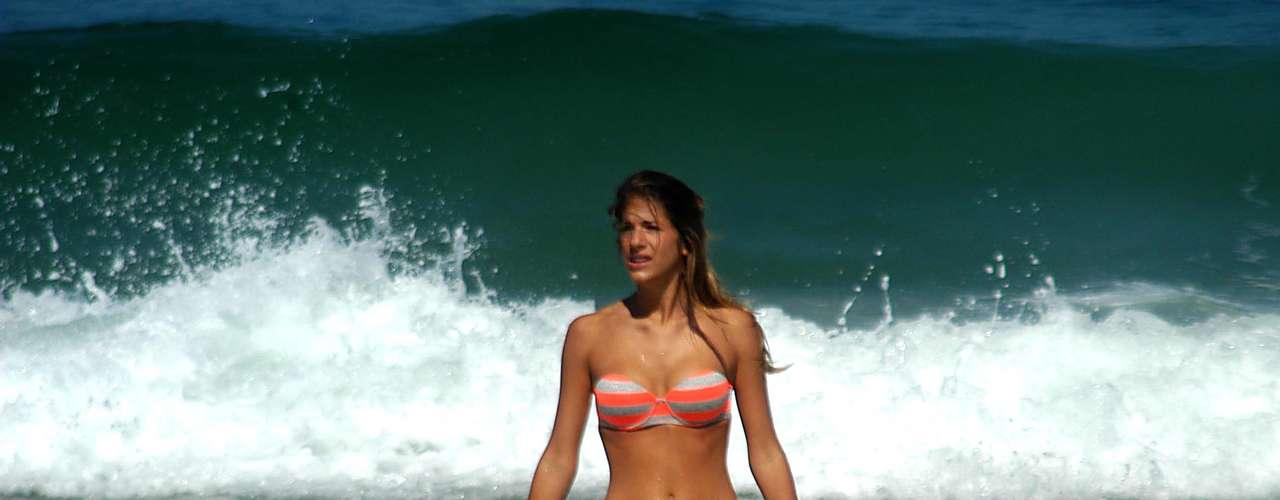 31 de julho - Banhista aproveita forte calor desta quarta-feira na praia de Ipanema no Rio de Janeiro