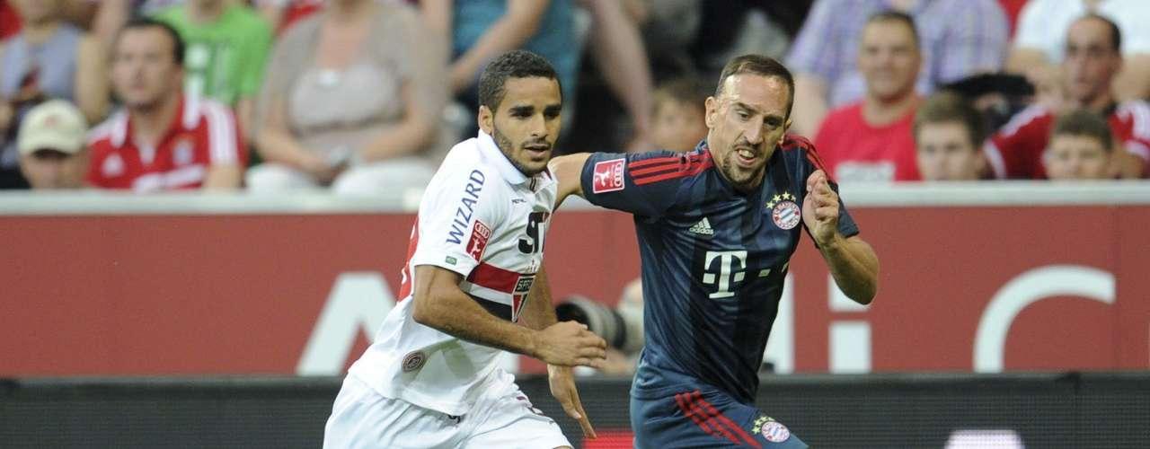 Douglas disputa bola com Ribéry