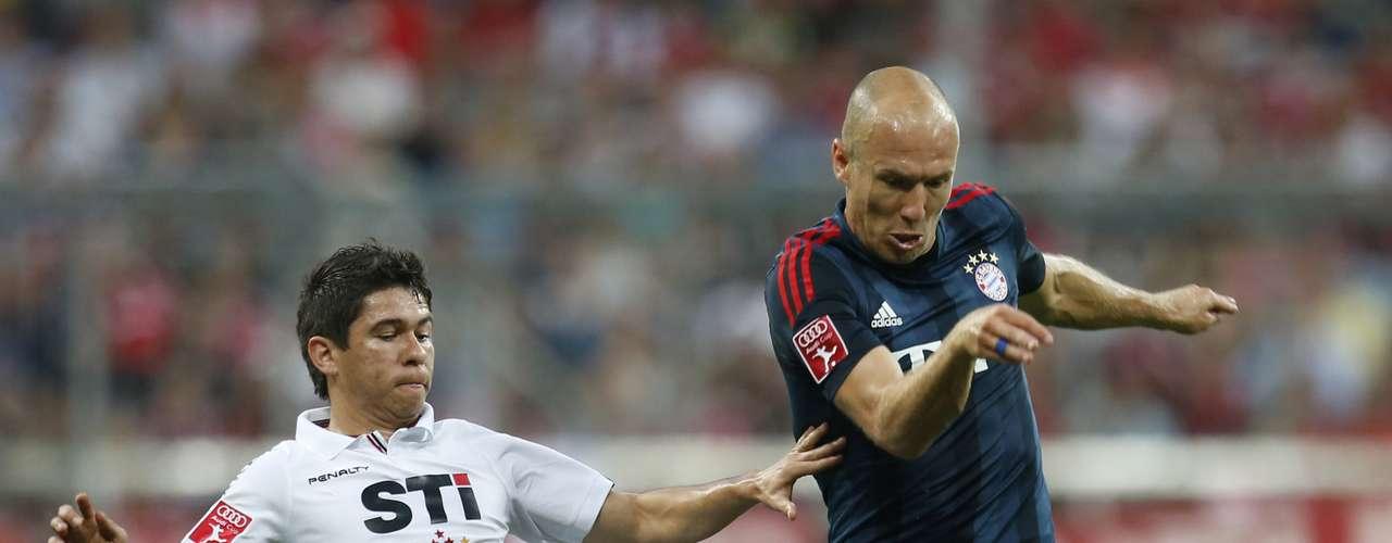 Robben leva a melhor sobre Osvaldo