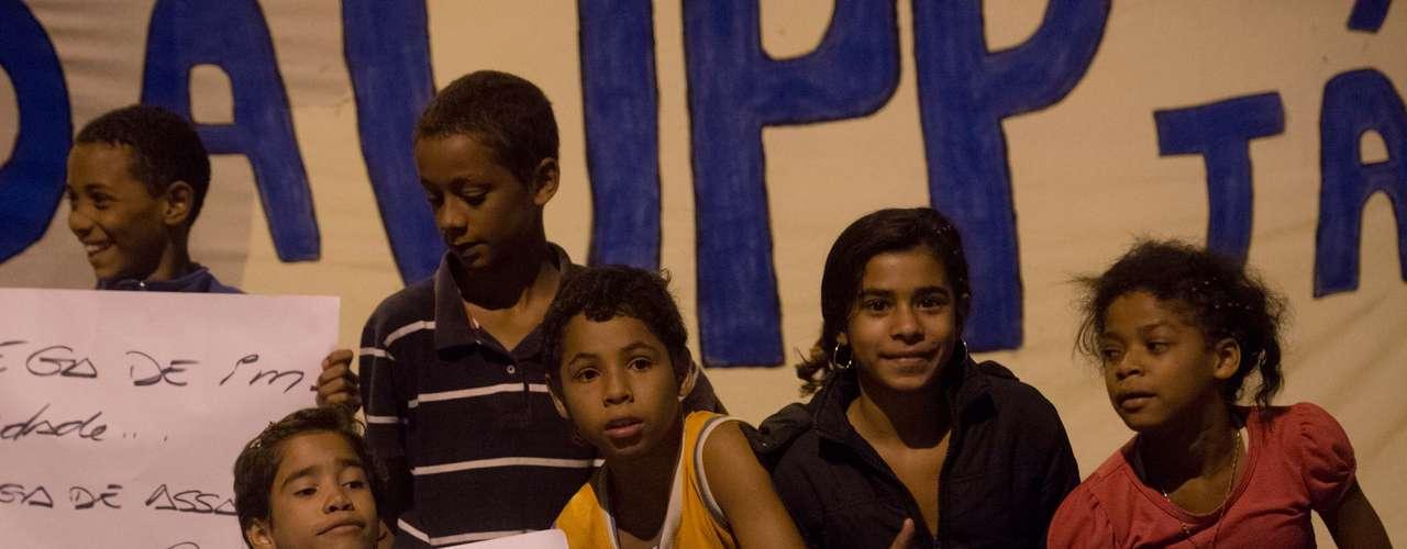 1º de agosto - Crianças participam de protesto em que pedem o esclarecimento do paradeiro do pedreiro Amarildo de Souza