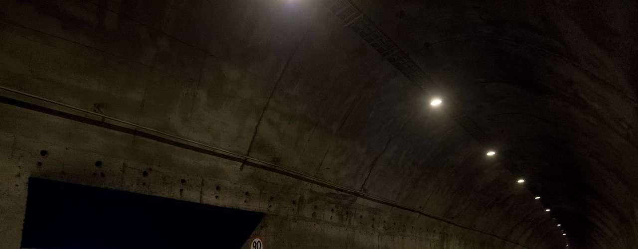 1º de agosto - Funcionários da prefeitura orientam desvio de trânsito em trecho bloqueado do túnel