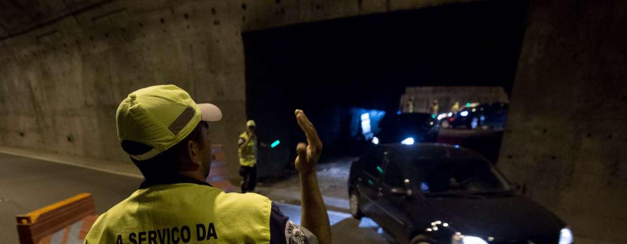 1º de agosto - Motoristas tiveram de dar meia volta em túnel bloqueado por manifestação