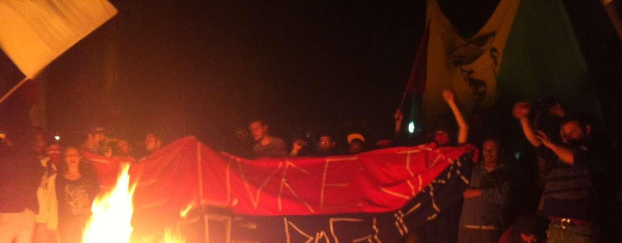 1º de agosto - Protesto em Porto Alegre tem fogueira com boneco do prefeito José Fortunati