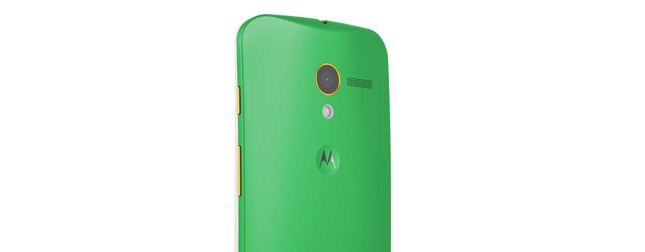 O celular conta com recursos de software que permitem que o usuário controle o smartphone somente por voz, sem tocar no aparelho