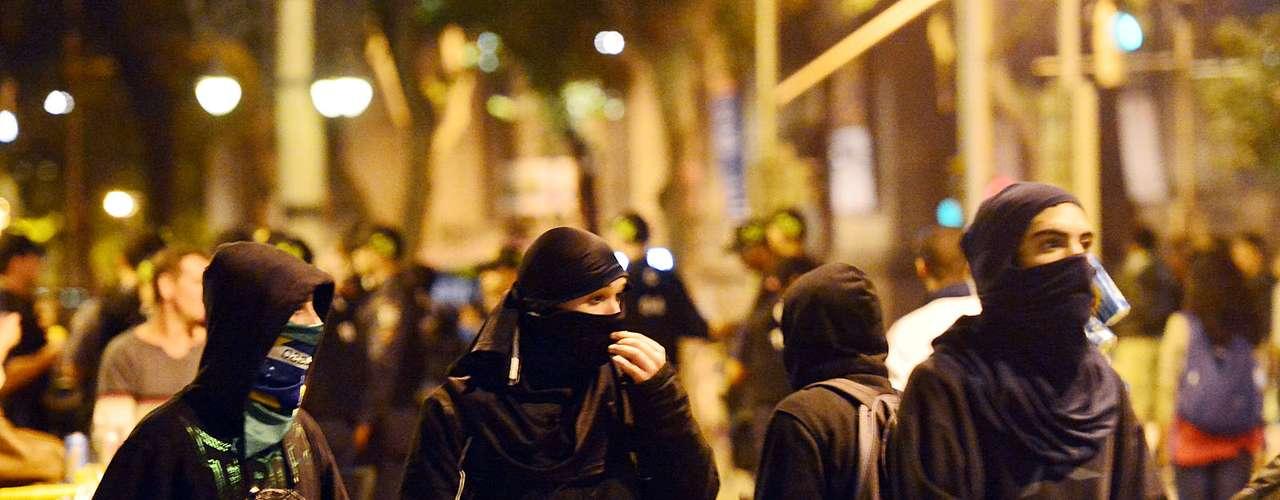 31 de julho -Mascarados ocuparam a Câmara Municipal do Rio e foram retirados pela polícia