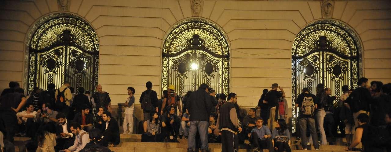 31 de julho -Manifestantes invadem a Câmara dos Vereadores, no centro do Rio, e atiram pedras, bombas e tinta em direção à Polícia Militar, que os expulsava do prédio