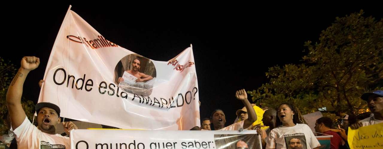 1º de agosto - Com cartazes, manifestantes se reuniram nesta quinta-feira para cobrar explicações sobre o desaparecimento do pedreiro Amarildo