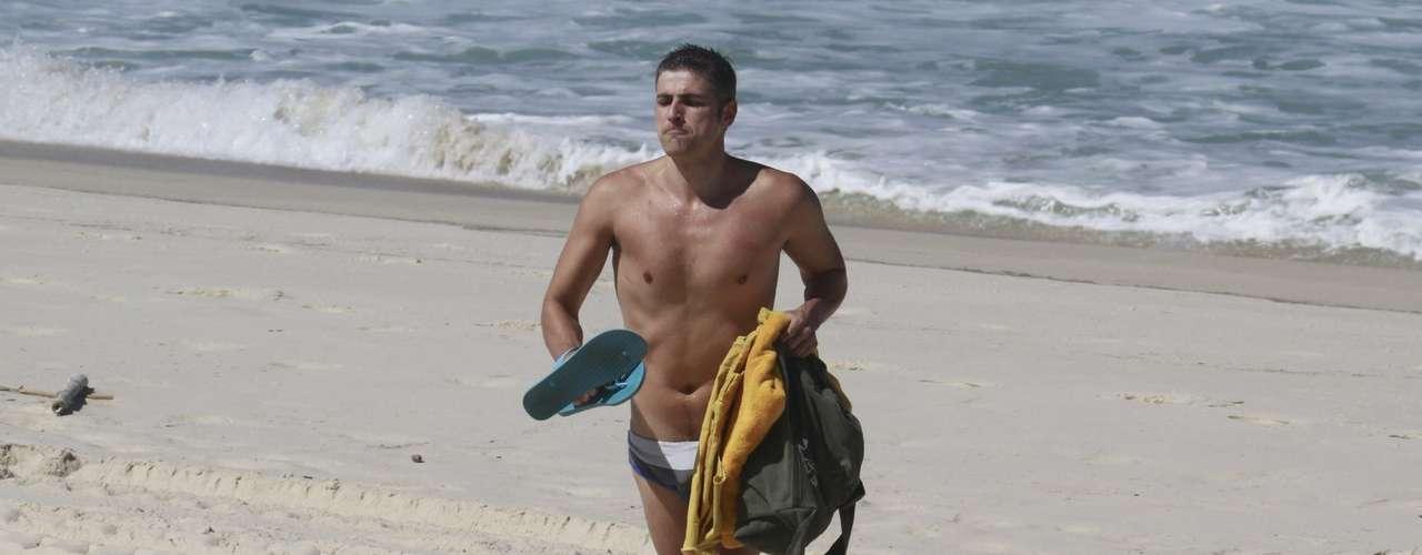 Agosto 2013-Reynaldo Gianecchini aproveitou o calor para ir à praia da Reserva, no Rio de Janeiro, nesta sexta-feira (2). Vestindo uma sunga, o ator, que estava acompanhado de um amigo, conversou e nadou no mar