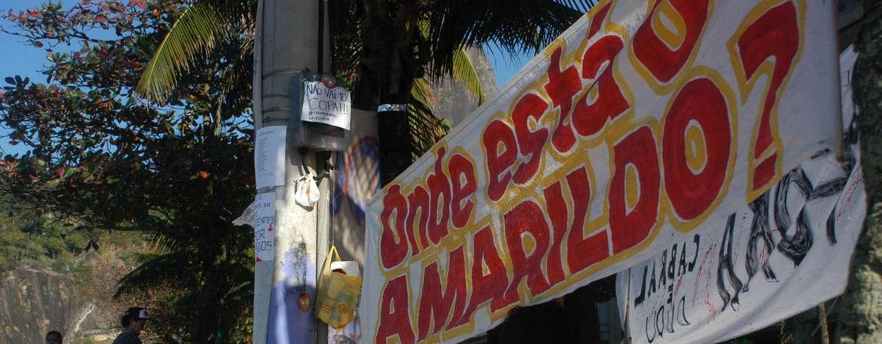 2 de agosto - Manifestantes que estão acampados desde julho em frente à casa do governador Sérgio Cabral também questionam paradeiro de Amarildo
