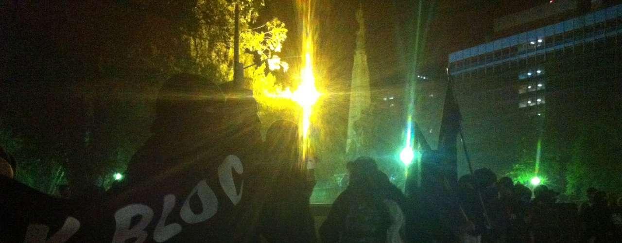 1º de agosto - Um grupo do Black Bloc se posicionou com faixas em frente ao Palácio da Justiça