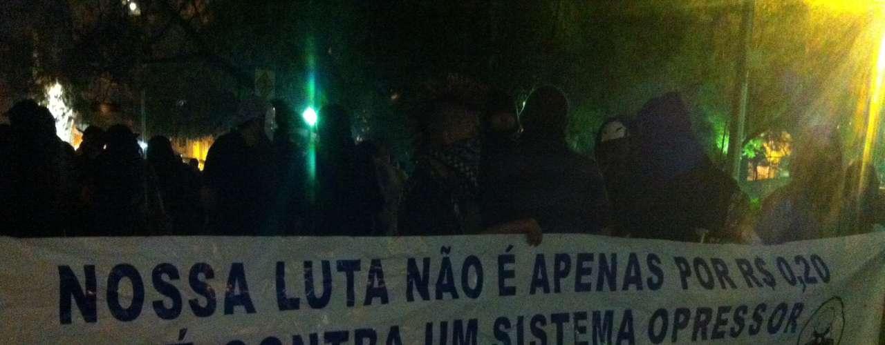 1º de agosto -  Integrantes do grupo Black Bloc mostravam uma faixa na frente do Palácio da Justiça