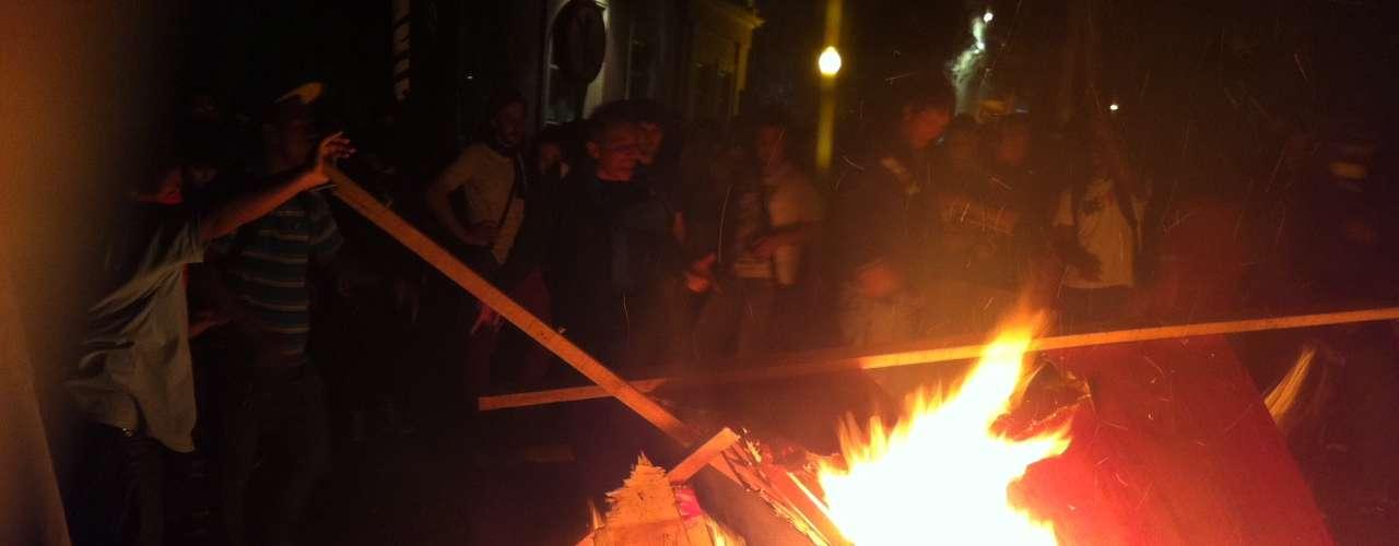 1º de agosto - Uma grande fogueira foi formada quando os manifestantes queimaram outros materiais, como blocos de madeira que foram colocados para proteger a fachada do prédio onde mora o prefeito