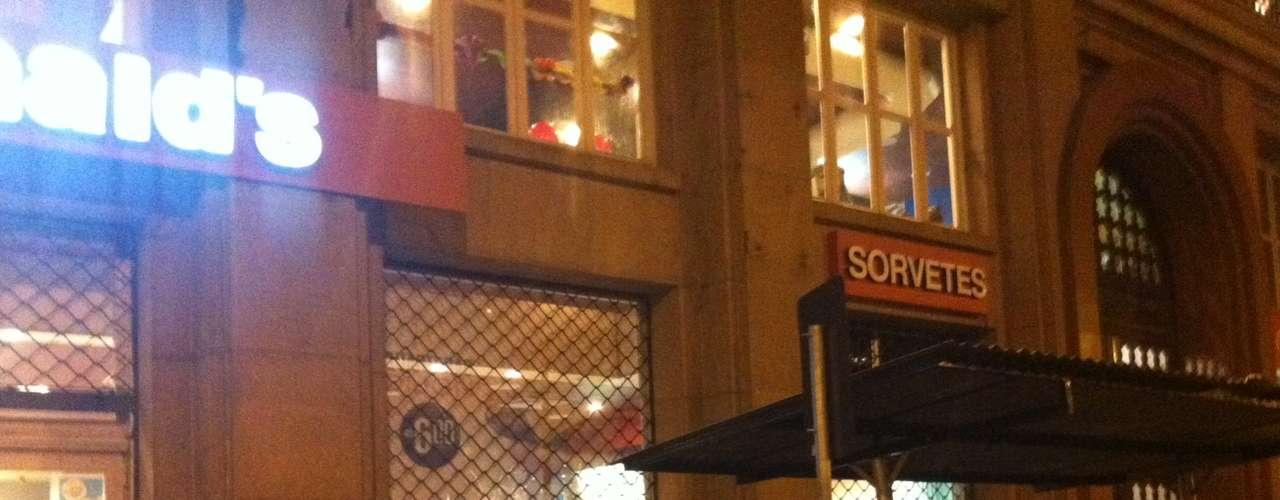 1º de agosto -  No final do protesto, um grupo quebrou uma janela de uma filial da rede McDonald's, mas foi logo contido por outros manifestantes