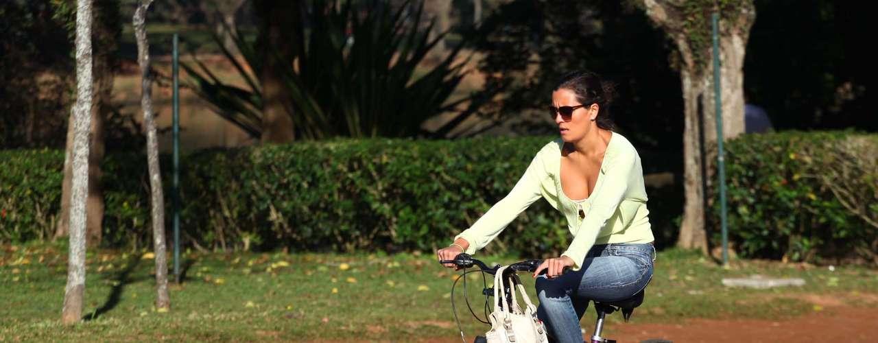 3 de agosto - Ciclista aproveita dia ensolarado em São Paulo