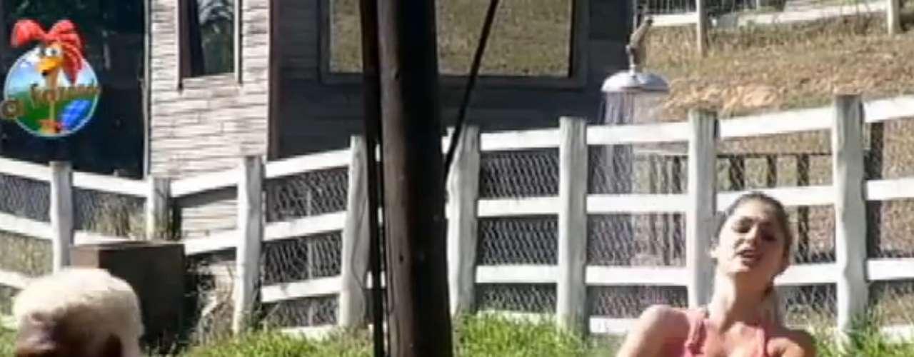 Bárbara Evans tomou banho de cueca no celeiro de 'A Fazenda 6'