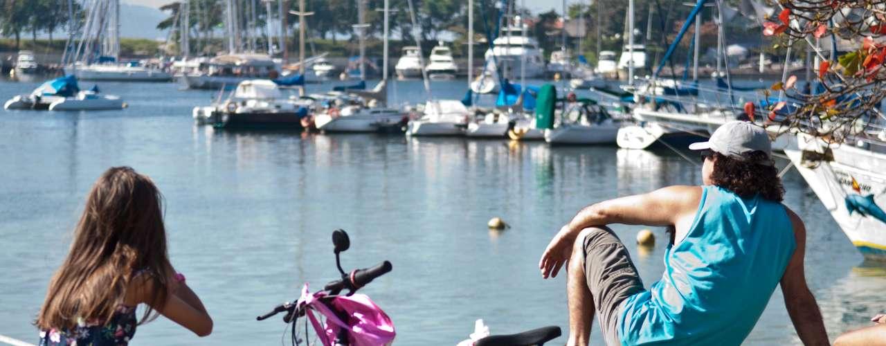 4 de agosto -Jovens curtem manhã de sol na Marina da Gloria, no Rio de Janeiro, neste domingo