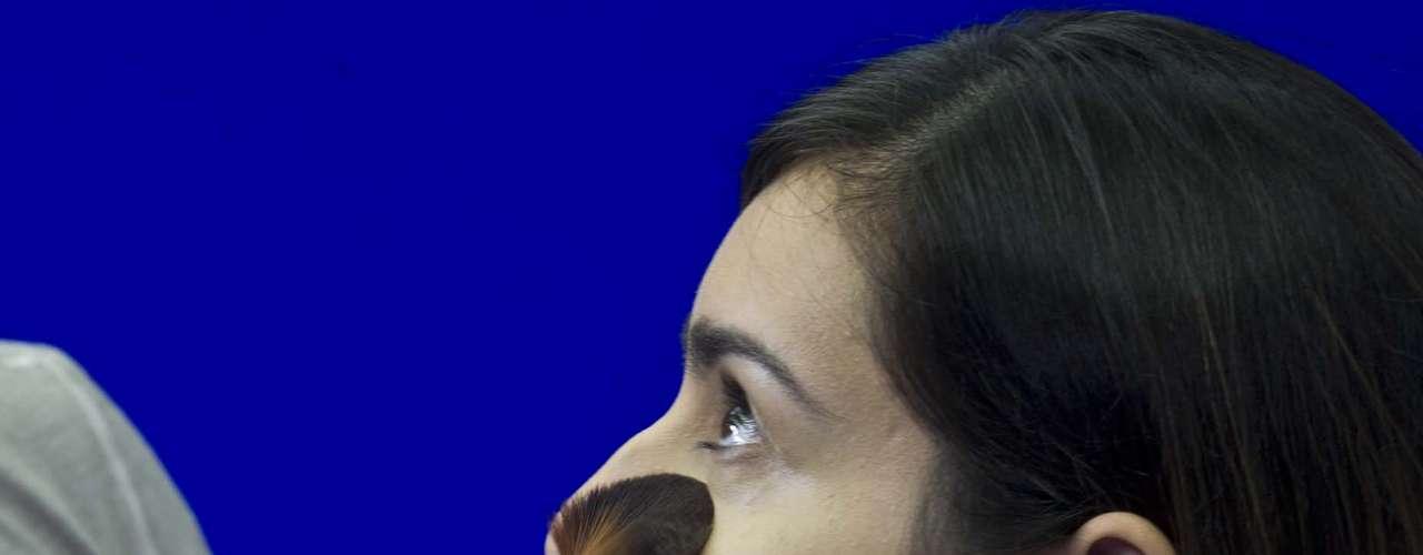 A aplicação deve começar pela zona T no centro da face. Quando a pele estiver brilhando é hora de reaplicar o pó, mas jamais o faça sem tirar o excesso de oleosidade. Use um lencinho ou papel para remover a umidade da pele e só depois coloque mais pó