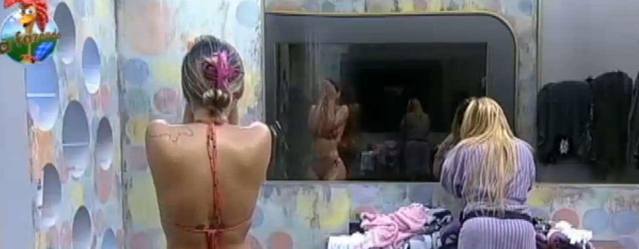 Andressa Urach se depilou durante banho com Ivo e Yani
