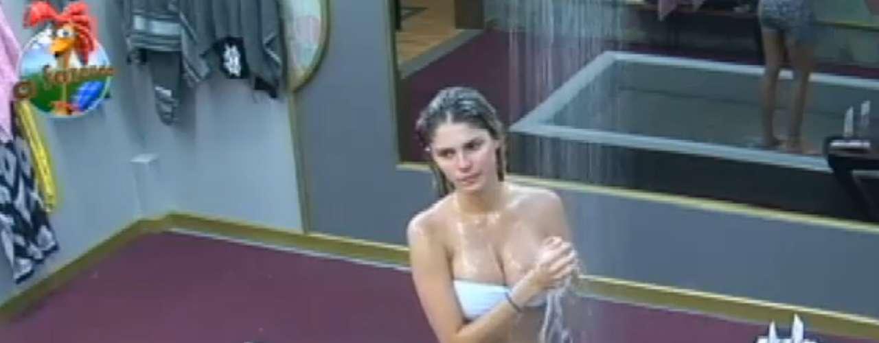 Bárbara Evans tomou banho com a cueca de Mateus