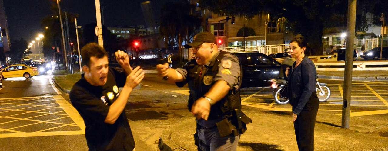 7 de agosto -  Dezenas de manifestantes ligados aos grupos Black Blocs e Anonymous, que participam de manifestação contra a Rede Globo na noite desta quarta-feira no Rio de Janeiro, entraram em confronto com a Polícia Militar (PM)