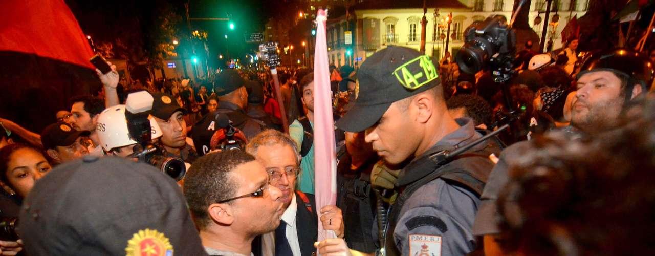 8 de agosto - Manifestantes discutem com PMs após desocupação da Assembleia do Rio de Janeiro