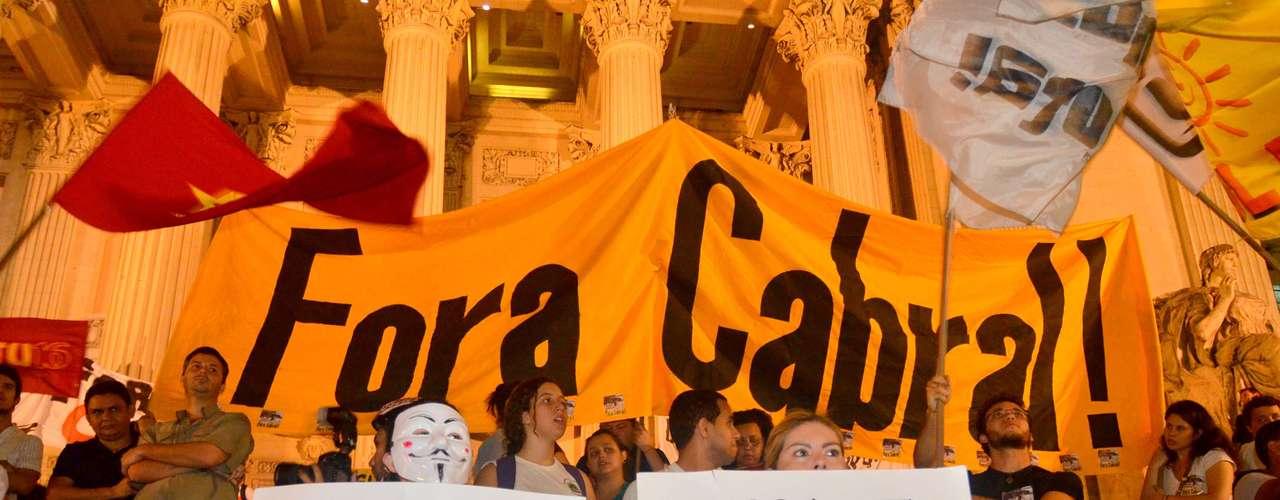 8 de agosto - Grupo cercou a Alerj e ocupou escadaria em frente ao prédio com faixas contra o governador Sérgio Cabral