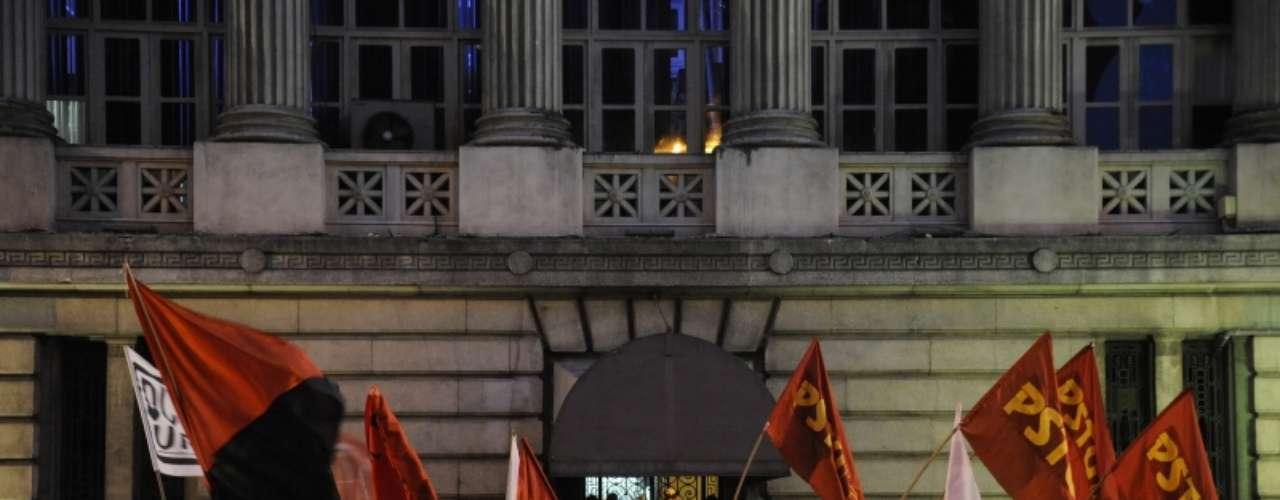 8 de agosto -Com bandeiras de partidos, manifestantes fazem protesto em frente à Assembleia Legislativa do Rio de Janeiro