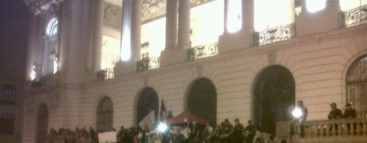 8 de agosto - Após deixar a Alerj, grupo se dirigiu à Câmara de Vereadores do Rio, onde fez nova manifestação